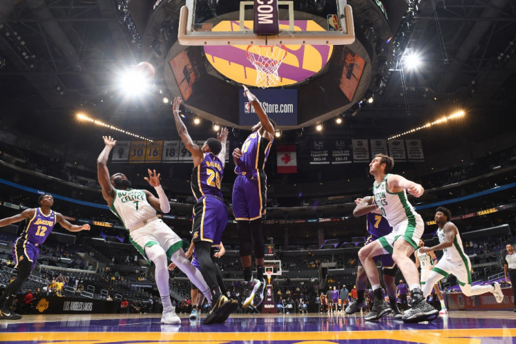 Lakers welcome back NBA fans for first time in over a year