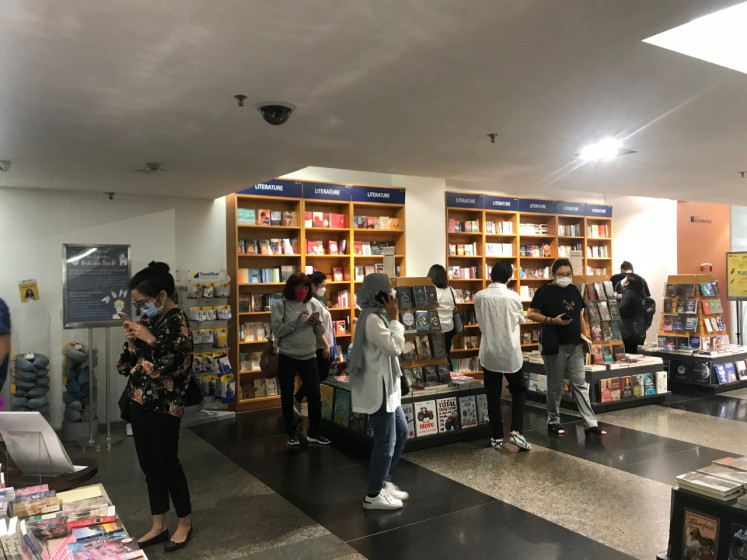 Book lovers browse Kinokuniya in Plaza Senayan on its last day at the end of March 2021.