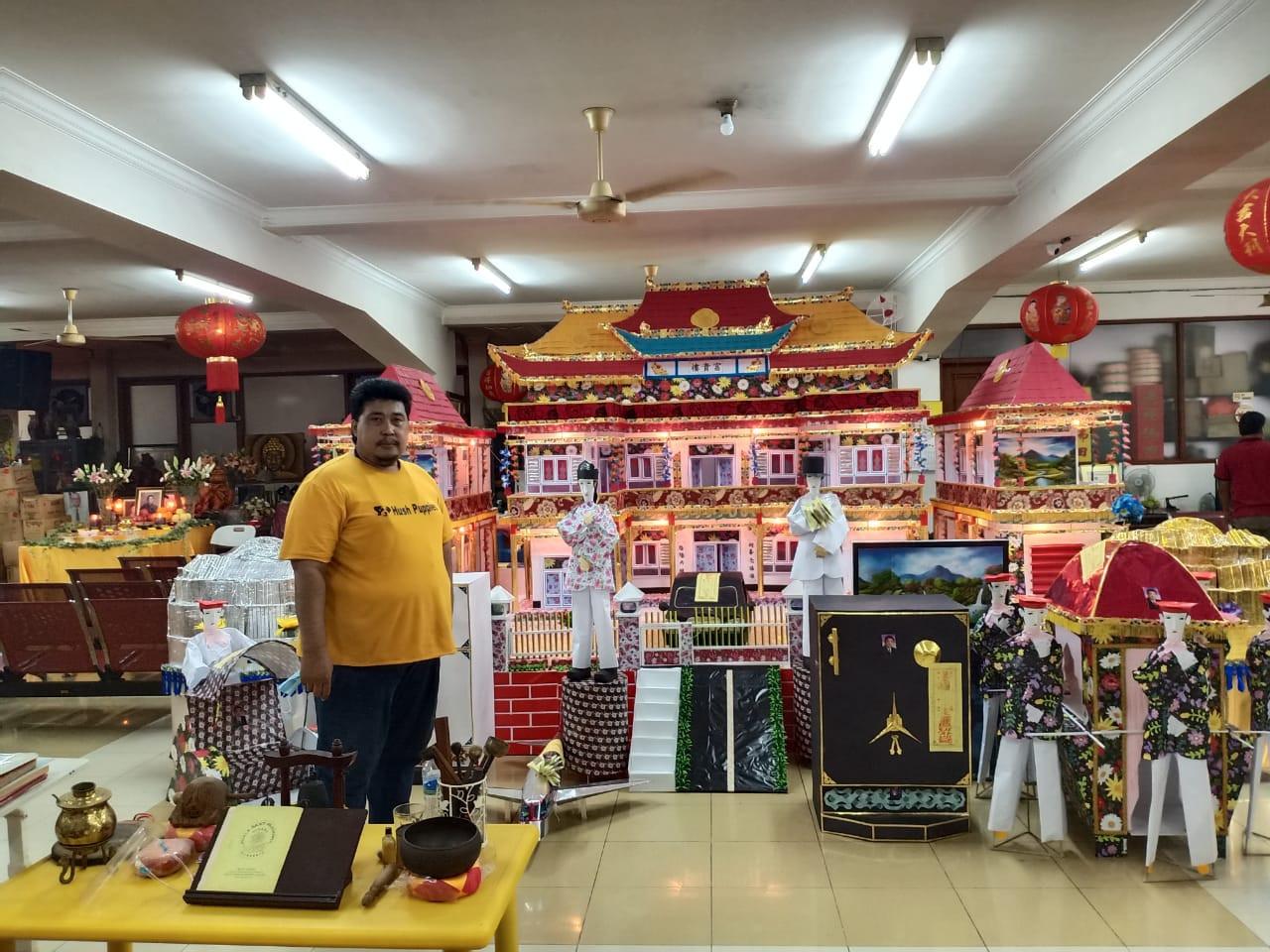Javanese craftsman smooths way to heaven through intricate 'kim zua' offerings