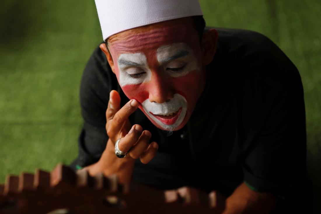 Indonesian teacher dons clown costume to inspire children to learn the Koran