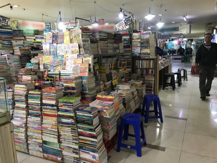 Dilema etika: Sebuah mal tertentu di Jakarta terkenal dengan penyewa yang menjual buku bajakan di samping judul bekas.  Sementara beberapa orang mungkin mengatakan bahwa pembajakan buku membantu meningkatkan literasi, masalah sebenarnya adalah bahwa semua pekerja di industri buku kehilangan pendapatan potensial, dari desainer tata letak dan sampul hingga pegawai kantoran di perusahaan penerbitan.