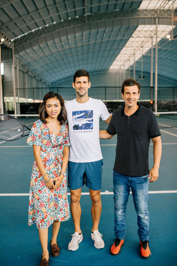 Dmitriy Shcherbakov (kanan), istrinya Ionanda (kiri) dan bintang tenis Serbia Novak Djokovic selama kunjungan terakhir ke Pusat Tenis dan Akademi di Bali pada Desember 2019.