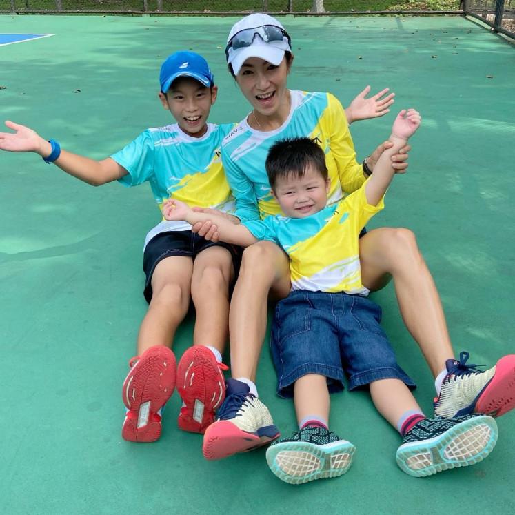 Bintang tenis: Wayne Braccosia, berfoto bersama putra sulungnya Ethan Jake France, 9, dan Elwin Jake France, 3 termuda.