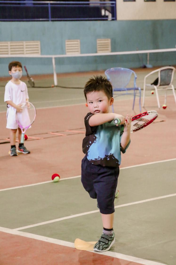 Athletic Kids: Putra Wayne Braccosia, Elwin Jax France, berlatih pukulan tenis.
