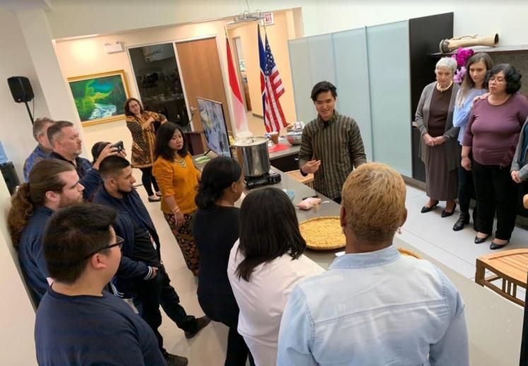WORKSHOP LEZAT: Driando Ahnan-Winarno (behind the counter) mengadakan workshop pembuatan kurma di Konsulat Jenderal Indonesia di Chicago, AS, pada tahun 2019. Driando mendirikan Gerakan Tempe Indonesia, sebuah organisasi nirlaba yang berkembang ke AS sebagai sebuah organisasi 501(c) (3).