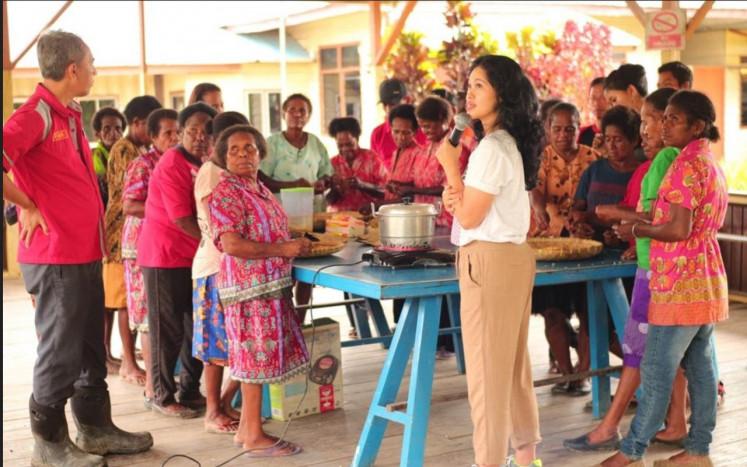 Tempe untuk Dunia: Wida Winarno memimpin workshop pembuatan tempe di Sorong, Papua.