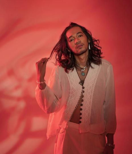 Suara retro: Penyanyi-penulis lagu Oslo Ibrahim menghadirkan nada bass yang funky dan berat yang mengingatkan pada musik pop Jepang.