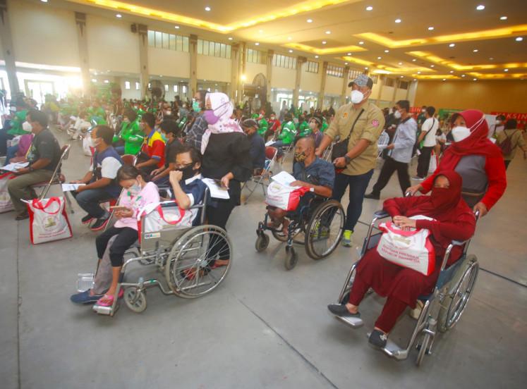 Waria sedang menunggu vaksinnya tiba di Crop Vaccine Center Yogyakarta.